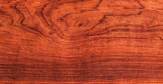 各种常见木材木纹鉴赏  木材名称:沉贵宝(古夷苏木) 产地:非洲 规范名称:古夷苏木 颜色:近黑色的暗褐色 纹理:纹理交错明显,带有浅棕色条纹 气味:无特殊气味 气干密度:0.88-1.10g/cm³  木材名称:乌木 产地:非洲 规范名称:东非黑黄檀 颜色:深紫褐色 纹理:伴有黑色花纹,大多为直纹 气味:气味淡香,略带干涩味 气干密度:1.